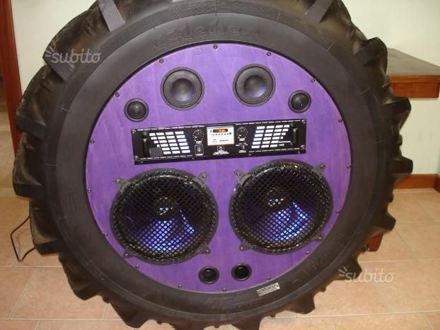 impianto-stereo-montato-su-pneumatico-da-trattore-radio-stereo