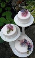 Bruidstaart.   Speciale taarten! - www.hetboltaartje.nl De bloemen zijn gemaakt met gelatine.