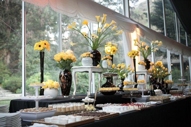 Bar con flores amarilos
