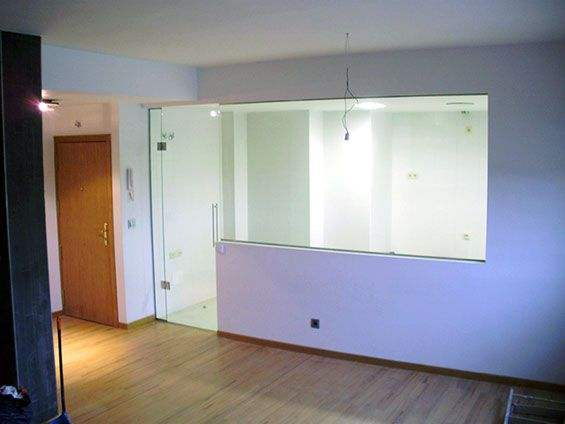 Ejemplo de cocina con puerta de cristal abatible