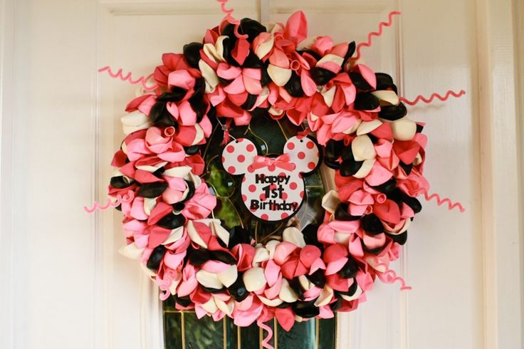 Minnie Mouse Birthday Balloon Wreath - I thought of you @Nicole Edge when I saw this one!