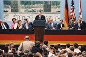 Ronald Reagan, Präsident der USA, während einer Rede am Brandenburger Tor: 'Mr. Gorbatschow. Open this Gate! Mr. Gorbatschow, tear down this wall!' (vorn v.r.: Eberhard Diepgen, Regierender Bürgermeister von Berlin; Bundeskanzler Helmut Kohl; 3.v.l.: …