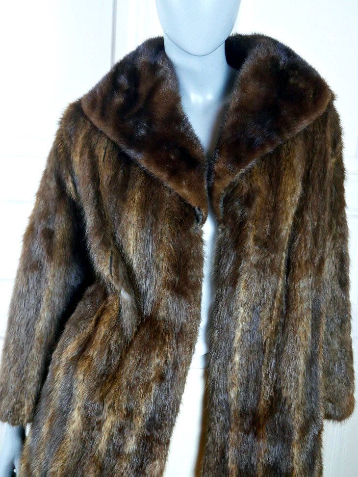 Mink Fur Coat, Golden Brown Luxurious 1970s Vintage Fur Coat, Above-the-Knee Edge-to-Edge Closing Mink: Size 6/8 US, Size 10/12 UK