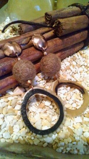 Aros de cobre esmaltado, fieltro y cacho