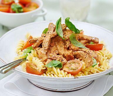 Bjud på läcker pasta med lövbiff i krämig tomatsås. Lövbiffen som först strimlas och steks får sedan sällskap av pastasås med smak av ricotta och tomat. Extra krämig och god blir den när du blandar i crème fraiche. Duka fram med nykokt pasta och saftiga körsbärstomater.