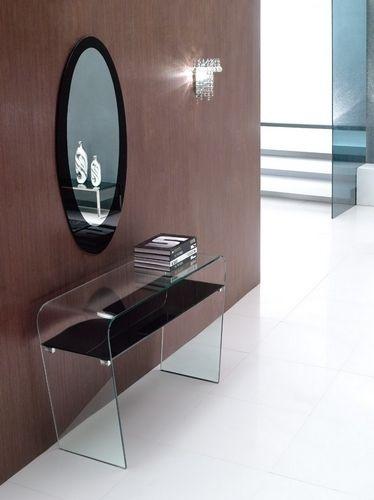 Espejo y consola de cristal ideal para espacios pequeños.