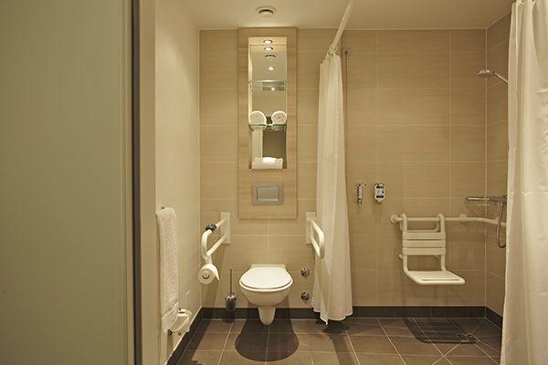 Einige Zimmer verfügen über ein barrierefreies Bad | H2 Hotel am Alexanderplatz am Berlin