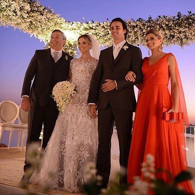 Pura elegância nesta foto dos noivos e pais da noiva via ✨ @bloglarabettero ✨ Foto: Estudio Maria Celia Siqueira ⠀