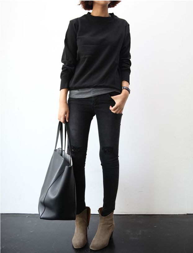 Skinny black jeans, slouchy black sweater, giant black (fashionable mom-worthy) bag. Love this look!