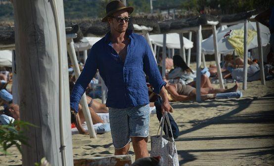"""Simon Baker, le """"Mentaliste"""", prend du bon temps à St-Tropez (photos)"""