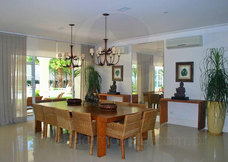 As Pessoas Na Sala De Jantar Letra ~ Na outra extremidade, a sala de jantar, com sua mesa em madeira