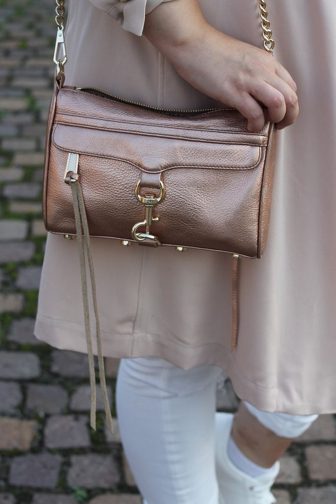 Outfit: Rosa Mantel, weiße Jeans und Sneaker