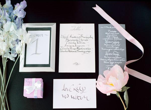 номер на стол, меню, бонбоньерка на свадьбу в сером и розовом цвете