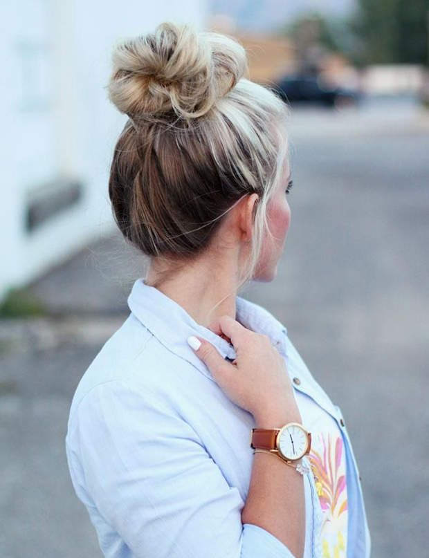 Un chignon flou C'est la coiffure parfaite pour les matins pressés : un chignon haut flou, que l'on fixe avec des pinces kirby.