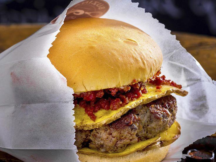 Aprenda com os chefs Márcio Silva e Jorge Gonzalez a preparar o  hambúrguer que é o carro-chefe do Food truck Buzina