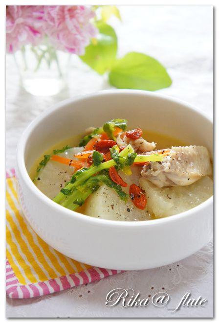 こんにちは(^0^)/ 今日はまたまた寒~いどんよりお天気のこちらです・・・  というわけで、朝ごはんには温かくて優しいスープで♪ お安い鶏手羽中...