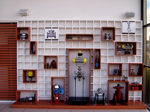Mueble de exhibición para válvulas industriales. Melamina engrosada sobre base enchapada en duotono.