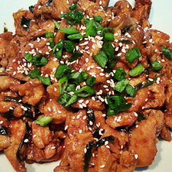 Recette de bulgogi dak, poulet coréen - Du poulet tendrement mariné, aux saveurs asiatiques, gingembre, vinaigre de riz, ail, sésame, de multiples saveurs, grillées, caramélisées à la poêle ou au wok