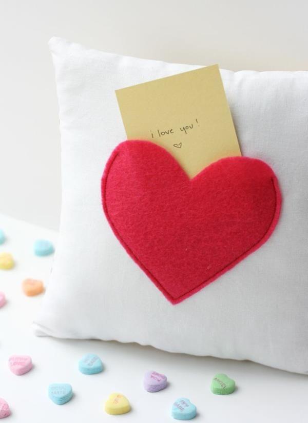 ein weißes Kissen mit einem roten Herz