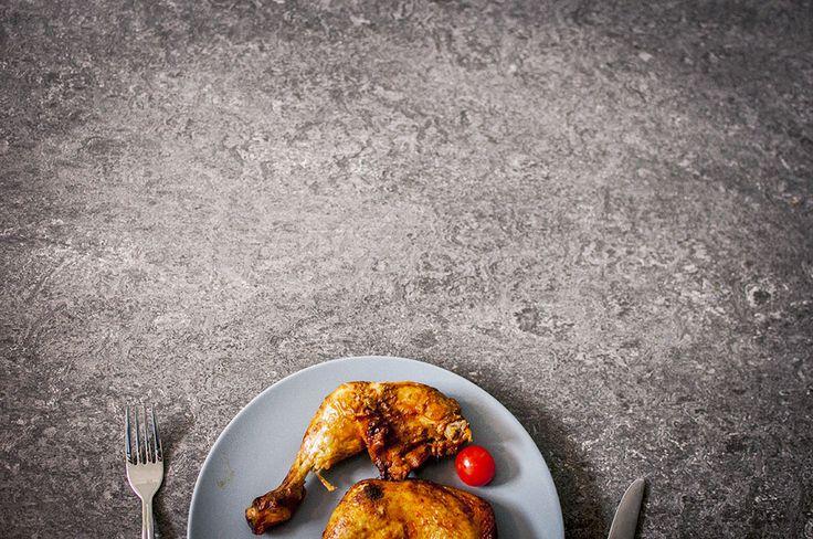 #kycklingklubbor #kyckling #tomat #middag #dinner #tomatoes #chicken #tallrik #bestick #golv #kycklingklubba