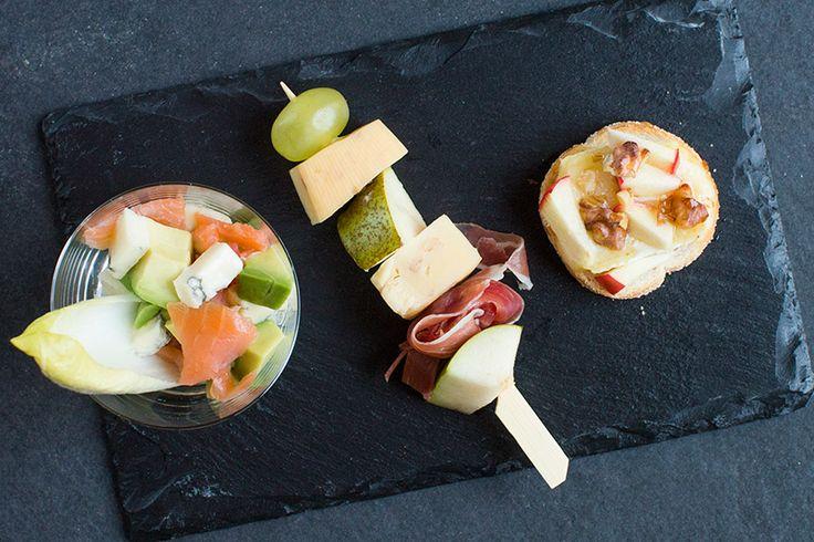 Iets te vieren? Maak deze lekkere hapjes met kaas, zoals prikkers met druif en peer, toastjes met brie en appel en een feestelijk glaasje met gorgonzola