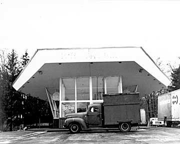 OMG I can so remember getting Hamburgers from this place. It has been gone for a long time. What great Memories! Niles Mi.
