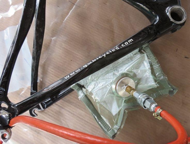 Reparación de las tijeras del marco de bicicleta en fibra de carbono por el proceso de vacío. Para mayor información, visita: www.carbonlabstore.com