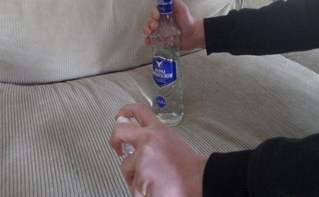 Παίρνει ένα μπουκάλι Βότκα και αρχίζει να ψεκάζει τον Καναπέ της - Μόλις στεγνώσει, δεν πιστεύει στα μάτια της Βότκα: ένα πολύ βολικό ποτό, που πίνετε μόνο του ή σε συνδυασμό με άλλα ποτά και cocktail. . . Ξέρατε όμως, ότι είναι χρήσιμο και για πολλά άλλα πράγματα.