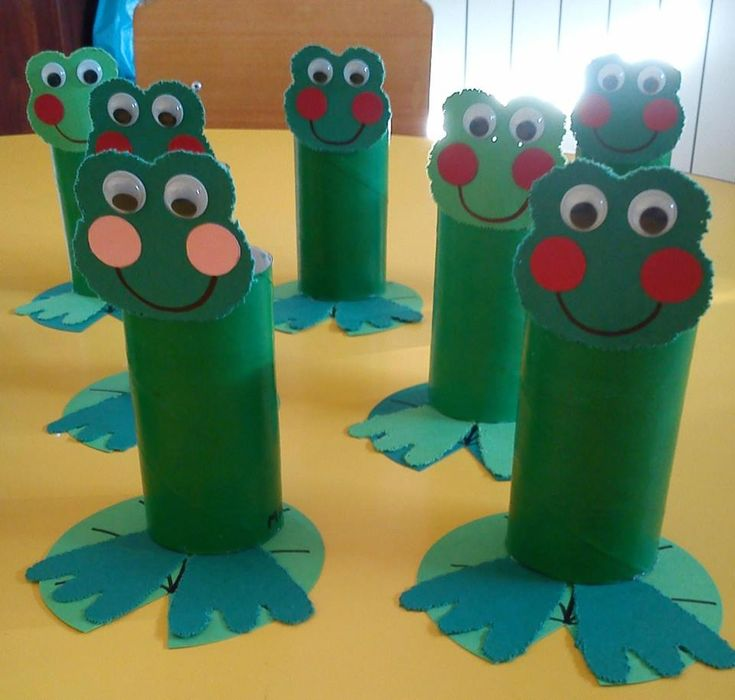Cute frogs from toilet paper tubes.