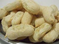 Receita de Biscoito de polvilho assado fácil. 500 g de polvilho azedo 200 ml de água fervente 150 ml de óleo em temperatura ambiente 5 ovos sal a gosto