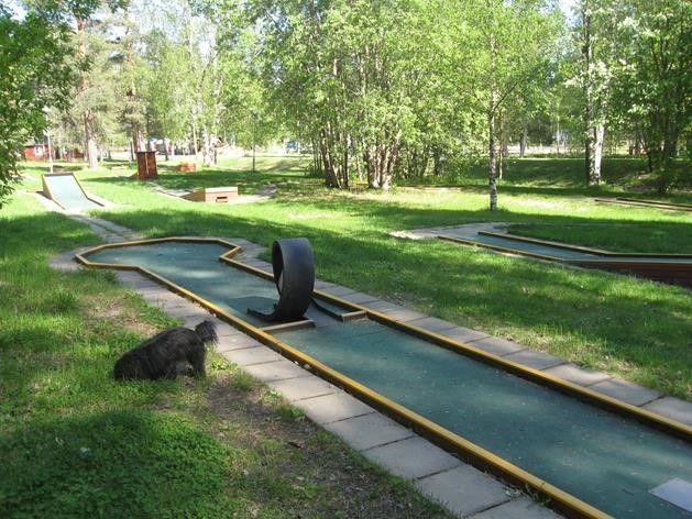 First Camp golf en miniatura First Camp Luleå es un campo de minigolf de 18 hoyos de diferente dificulta
