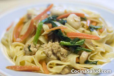 Otra receta de comida china, hay tantas recetas diferentes donde elegir, que es un gusto. Como siempre, esta receta está hecha en el famoso wok, (sartén china). Por ración: 478 Calorías 65 Proteínas 36 Lípidos 106 Hidratos de Carbono 4'5 Fibra Ingredientes: para cuatro personas 300 g de gambas peladas [...]