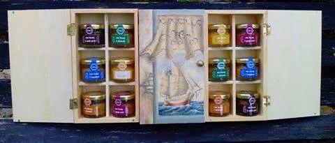 Φωτογραφία: Wooden Gift Box with theme Greek Boat and Content Raw Honey jars http://www.greek-bees.com/our-work.html?sl=EN #rawhoney #honey #mellona #gifts #gift #giftbox #giftset #businessgifts #corporategifts #giftideas #giftproposals #greekbees #kollectiva