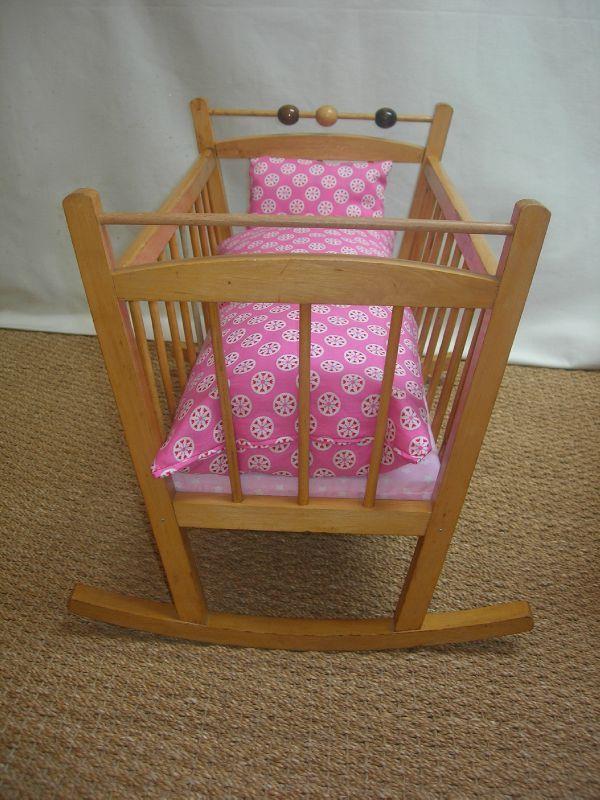 berceau poup e en bois et linge de lit rose la petite factory. Black Bedroom Furniture Sets. Home Design Ideas