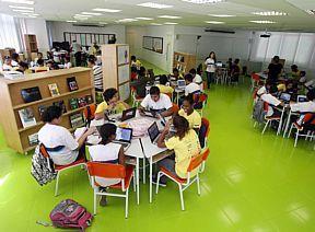 Novo modelo de escola no Rio aposta em tecnologia e ensino individualizado  Instalada na Favela da Rocinha e com planos de expansão, projeto pioneiro de escola municipal com parceria privada tem salas sem paredes ou divisão por séries  30 de março de 2013