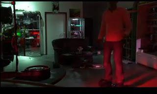 Τί κάνει ο άνθρωπος; Χορεύει με ένα σκούτερ και εντυπωσιάζει [video]