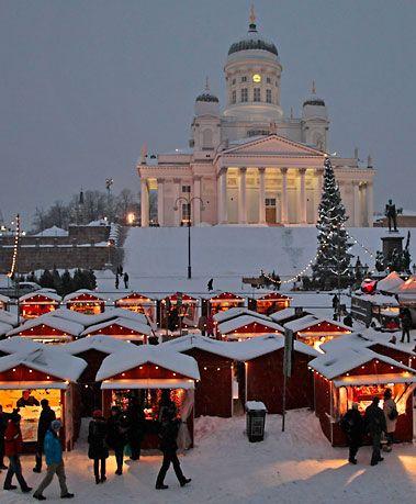 Der St. Thomas Weihnachtsmarkt in Helsinki, Finnland.