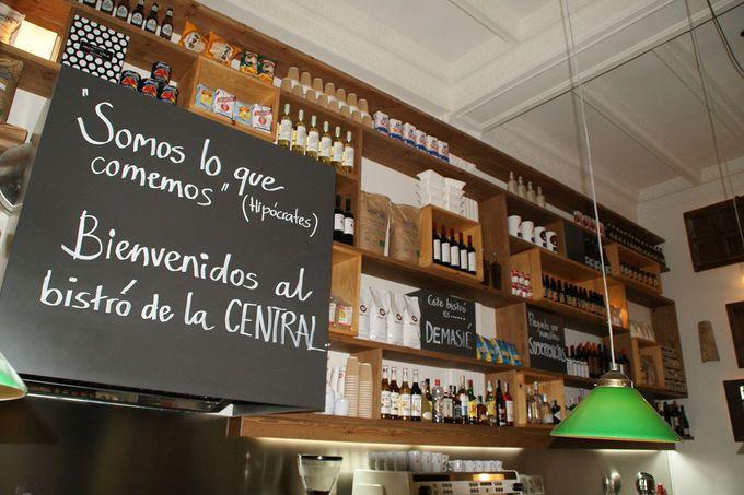 La Central de Callao. ¿Te gusta leer? Mi paraíso literario en Madrid es una casa-palacio de 1.200 m² donde cabe de todo: desde una librería (especializada en filosofía, historia, ciencias sociales, libros infantiles y literatura)o un rincón de regalos originales/papelería, hasta un café-restaurante (El Bistró) y… ¡una coctelería (El Garito)!   Año nuevo, planes nuevos - My Lightstyle - Blogs Harper's Bazaar