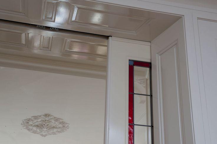 Belle Epoque Kamer en Suite, detail bovenpaneel en stucplafond. Kamer en Suite geplaatst in Den Haag.
