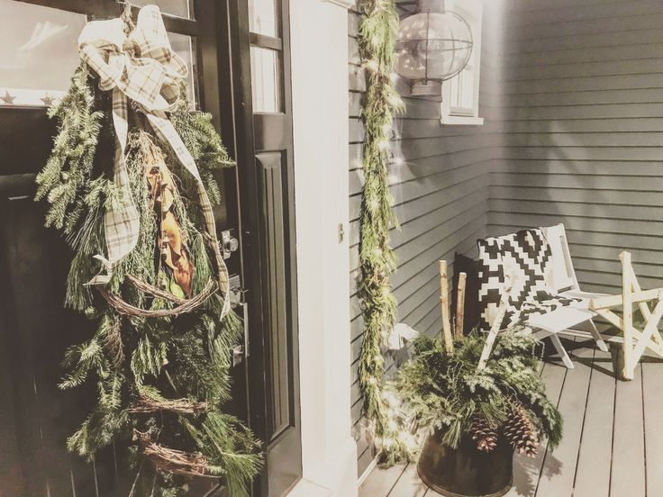Rustic front porch winter holiday decor - no red! 💙💚🖤