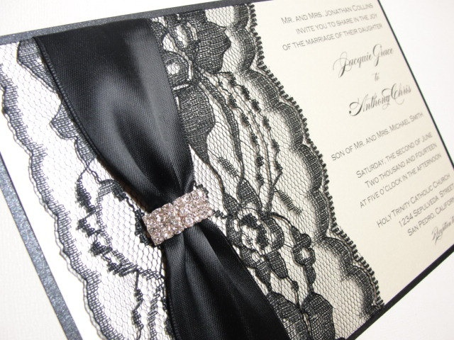LOURDUS Elegant Lace Wrapped Wedding Invitations with Rhinestone Buckle