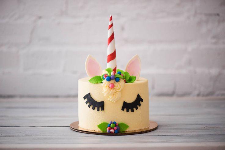 Забавный праздничный торт-маленькая пони,с нежной сливочной начинкой и велюровом покрытиям