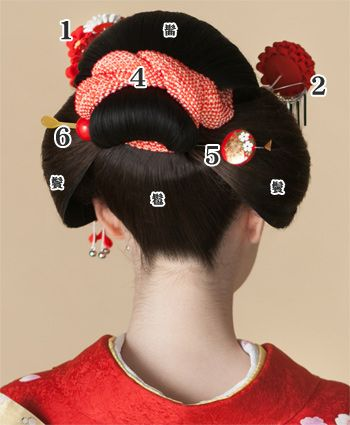 日本髪::::how to adorn traditional Japanese hair part2 The Kanoko : bending and tying in , you can decorate the back shot . 5. Before comb - flat casting set : I am plugged into the roots of bangs and topknot . 6. Ball hairpin : You inserted horizontally to flat out hairpin and symmetry .