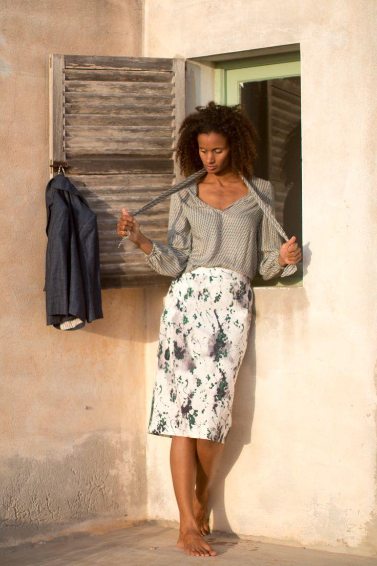 Falda recta de algodón con elastano y camisa con lazo de seda