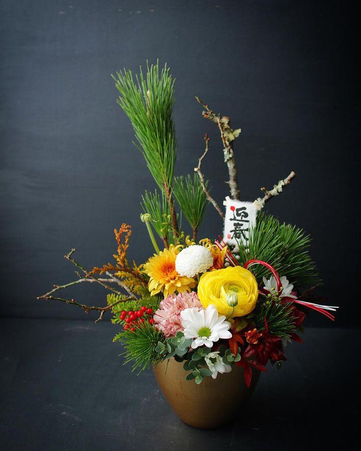 *  あけましておめでとうございます。  *  2018年も、毎週お届けしているショールームの花を入れ替える仕事からスタートです。  *  年末の枯れた花を撤去して、新春のキリッとした花を飾り、気持ちが良い朝となりました。  *  本年もよろしくお願いします。  *    #flower#flowerarrangement#フラワーアレンジメント#お正月アレンジ#お正月飾り*花屋#草加#四季旅人#2018.1.3