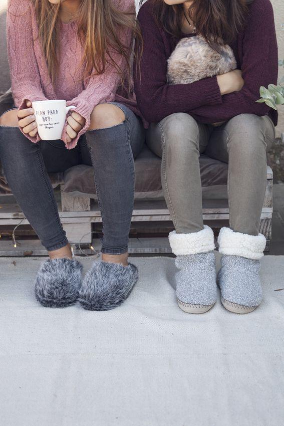 Momentos de confidencias entre amigas con tazas, cojines y zapatillas de muy mucho #muymucho #amigas #textiles #mug #amistad #zapatillas #pelo #textos #cojín