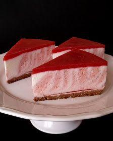 A sült Zebratorta mintájára készült üdítő, nyári torta. Hozzávalók 24 cm-es kapcsos tortaformához A torta aljához 15 dkg darált...