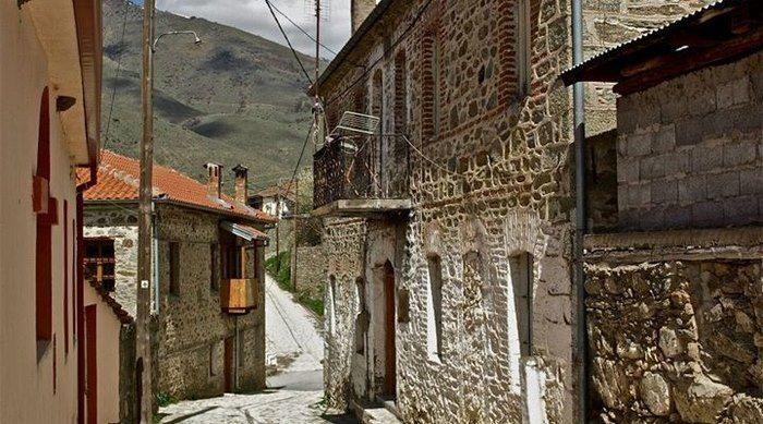 Στα λιθόστρωτα καλντερίμια τους θα θέλετε να χαθείτε για πάντα: Οι 10 πιο γραφικοί φθινοπωρινοί προορισμοί στην Ελλάδα