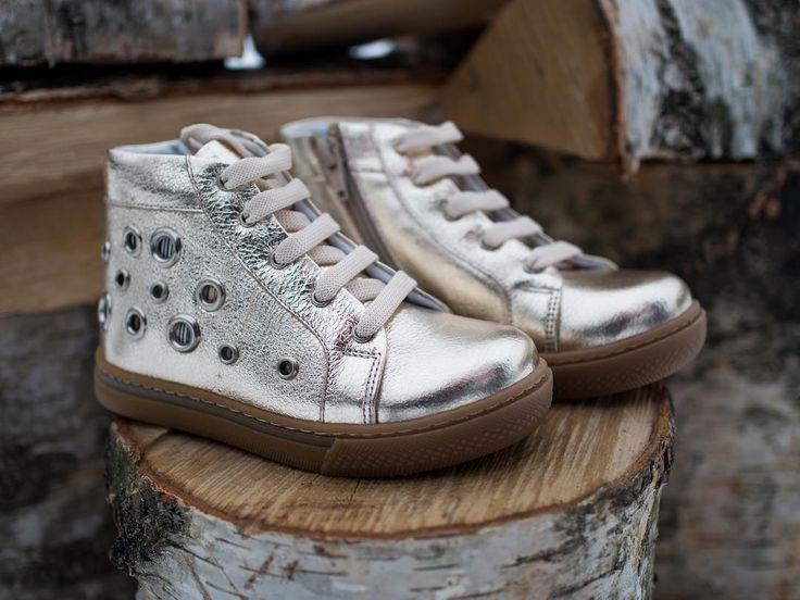 """Дошкольные ботинки """"Пэрис Хилтон"""" золотого цвета.  Высочайшее качество, натуральная кожа снаружи. Внутренняя отделка-байка. Стелька из натуральной кожи.  Размеры 26-30 Бесплатная примерка и доставка по Спб 5.500 ₽  #детскаяобувь #kids #kidsfashion #kidsst"""