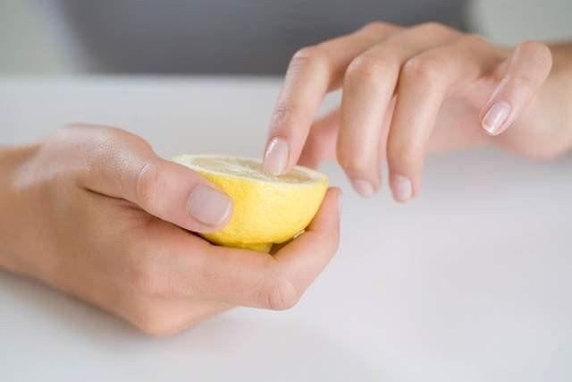 Ayrıca her gece yatmadan önce 1er çorba kaşığı badem yağı, limon suyu ve zeytinyağını karıştırın. Bu karışımı tırnaklarınıza sürün.